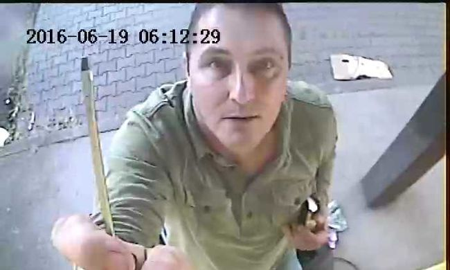 A kamerába nézett, miközben ellopta - felismeri?