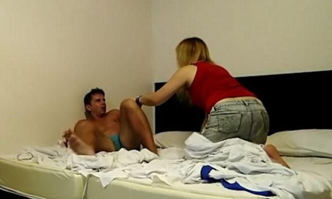 Egy transzvesztita ébresztette fel, totál kiakadt a férfi - videó