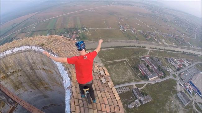Elképesztő videó: 250 méteres tornyon parádéznak a zsonglőrök