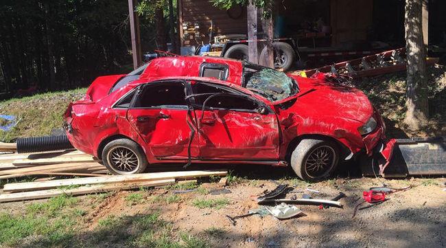Targoncával törte ripityára lánya autóját a dühös apa - videó