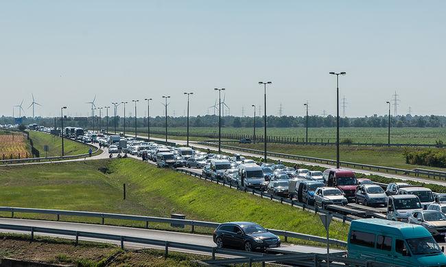Hatalmas dugók a határokon: erre figyeljen, ha külföldre utazik
