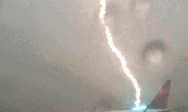 Lélegzetelállító felvétel: belecsapott a villám a repülőbe