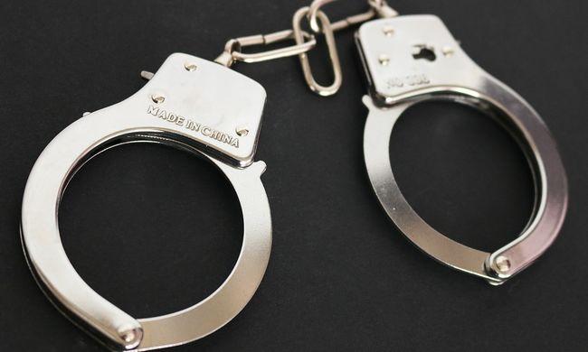 Aljas trükk: rendőrnek adta ki magát, így fosztogatott a csaló