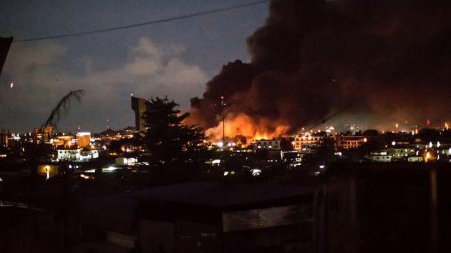 Lángokban áll a parlament, zavargások törtek ki