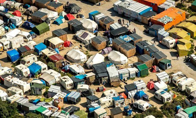Calais-ban újra áll a bál, nekitámadtak a rendőröknek