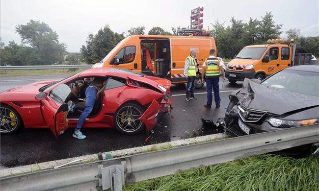 Ripityára tört a Ferrari az M7-esen - fotó