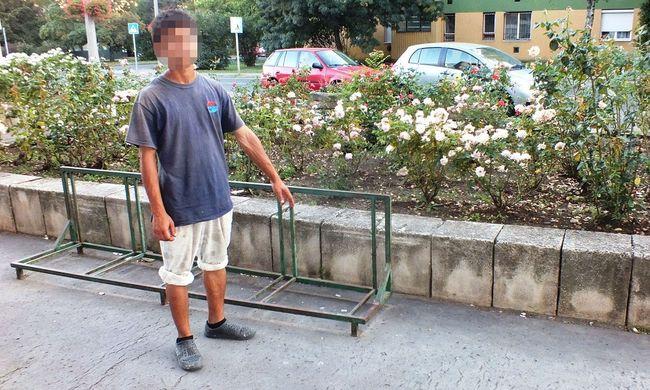 Így pózoltatták a rendőrök biciklitárolóval a tolvajt