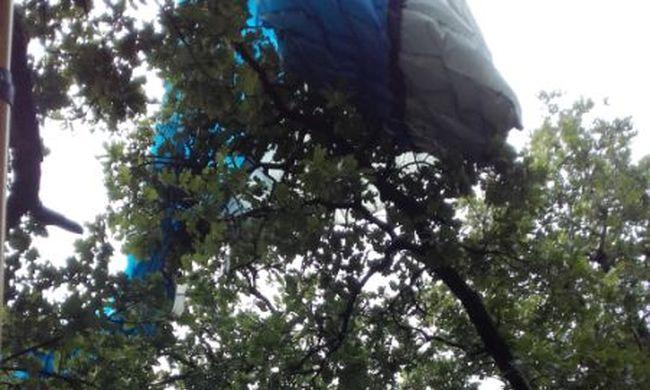 Barlangászokat kellett hívni a siklóernyőshöz