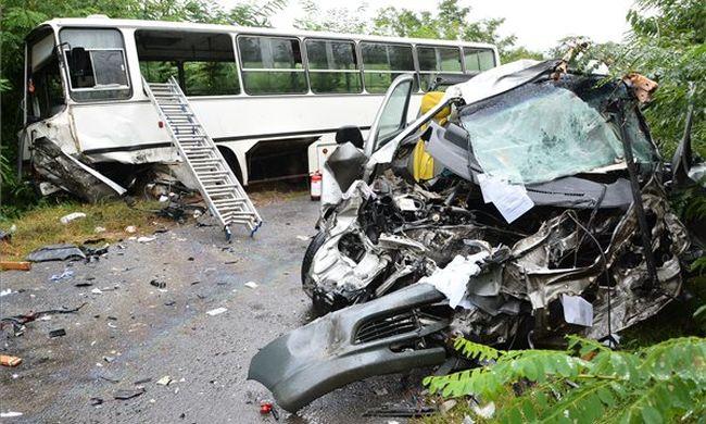 Rommá tört az iskolabusz a halálos ütközésben - videó