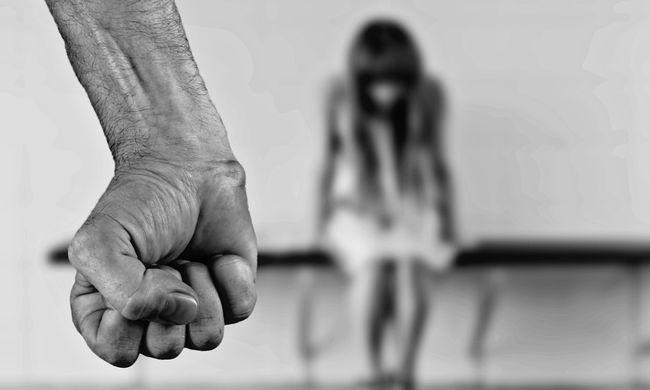Nyolcadikos lányt vert a rendőr - videó