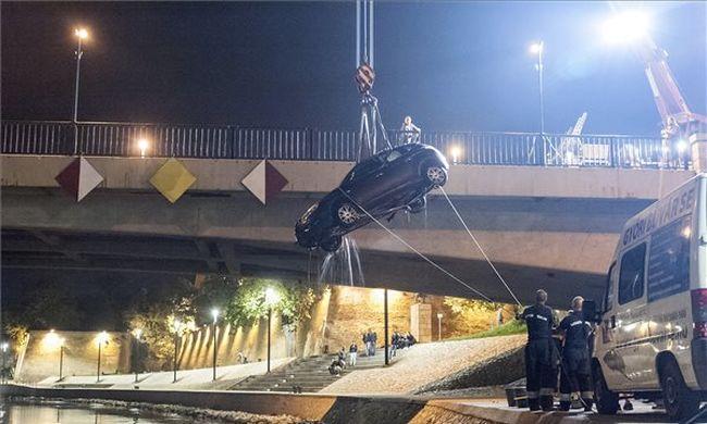 Így húzták ki a Rábában elsüllyedt autót