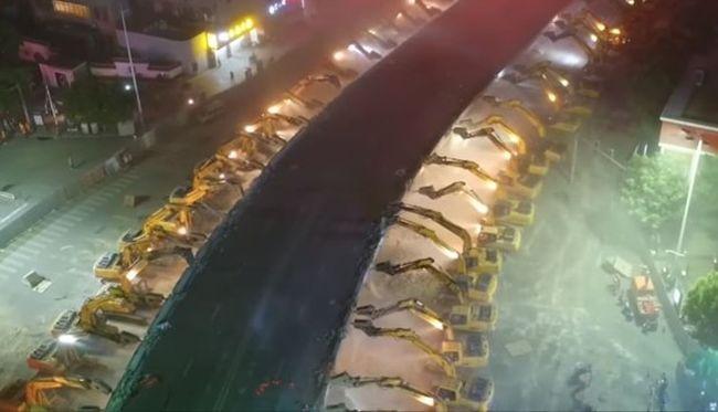 Így kell pillanatok alatt eltüntetni egy felüljárót - videó