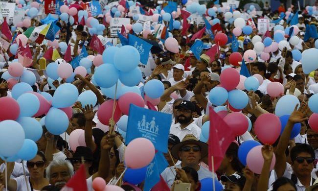 Ezrek vonultak az utcára a melegházasság ellen tüntetni