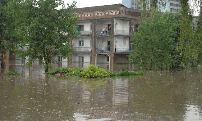 Legalább százan meghaltak az árvízben