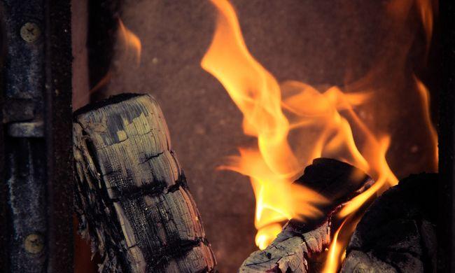 Benzinnel akart begyújtani - ő és gyereke is megégett