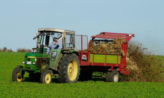 Milliókat kaszáltak: traktorral verték át az embereket