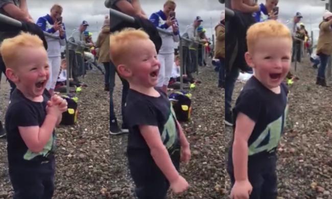 Ennél aranyosabb ma már nem lesz: így örül a kisfiú a motocross-versenynek - videó
