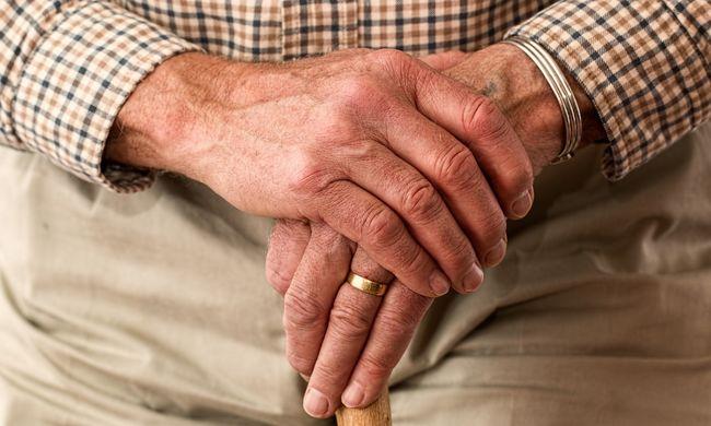 A 103 éves néni mellét fogdosta mostohafia