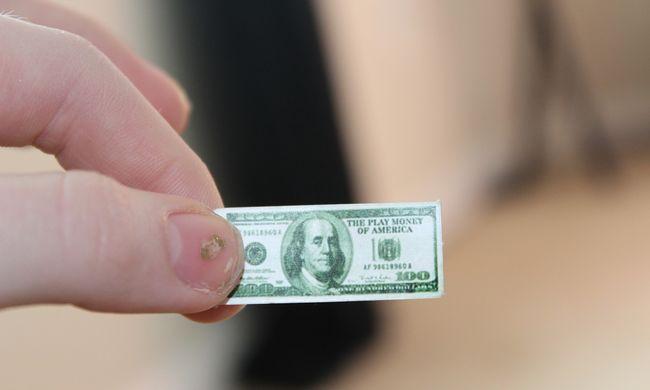 Pénzeső: bankjegyek hullottak az utcára