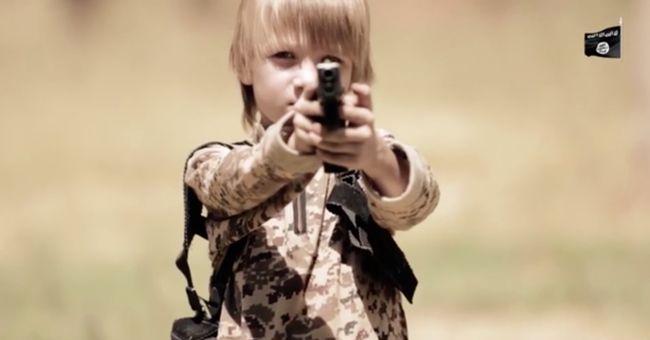 Ezt az angyali arcú szőke kisfiút kényszeríti gyilkosságra az Iszlám Állam a legújabb videóban