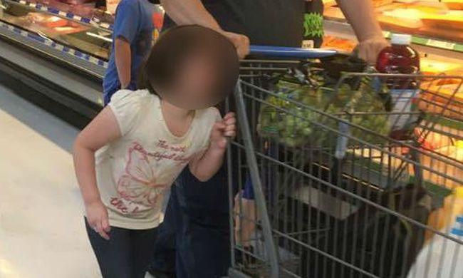 Bevásárlókocsihoz kötötte lánya haját az apa