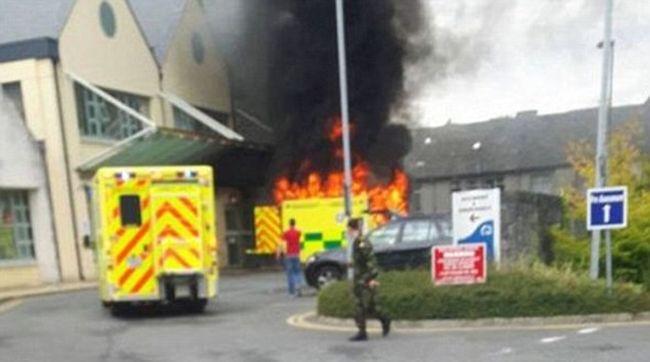 Kigyulladt egy mentőautó a kórház előtt, meghalt a beteg