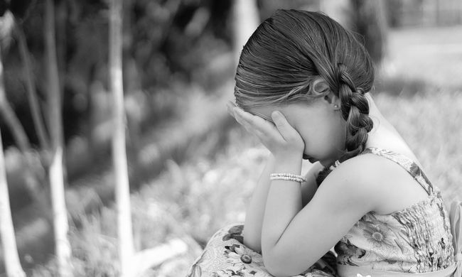 Megerőszakolt és megfojtott egy 8 éves kislányt a rém