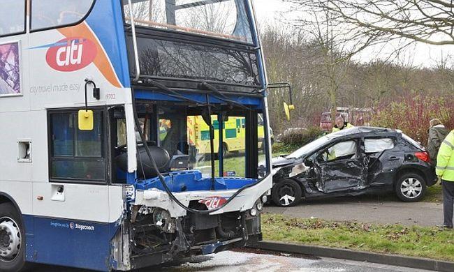 Sokkoló felvétel: letarolta az iskolabusz az autót