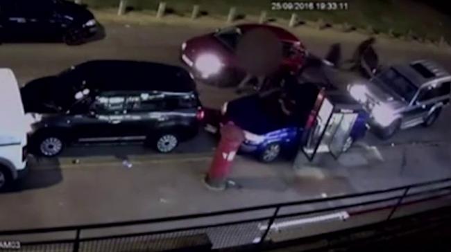 Halálra verték a sofőrt, a barátai az ablakokon keresztül menekültek - videó