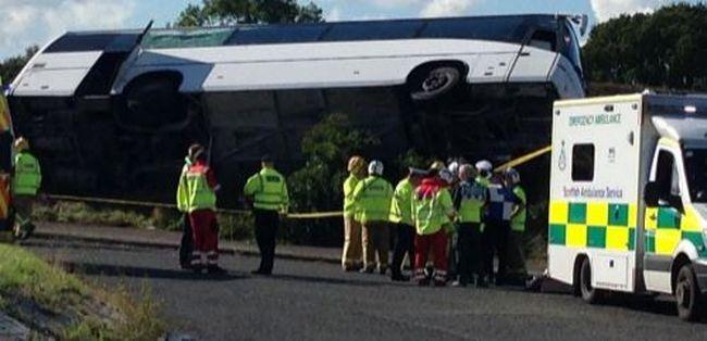 Gyorshír: felborult egy busz, súlyosan megsérültek az utasok