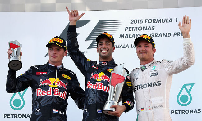 Ricciardo nyert, Hamilton kiesett
