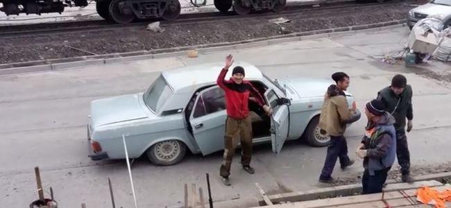 Unatkozó munkások tesztelték, hány ember fér egy autóba - videó