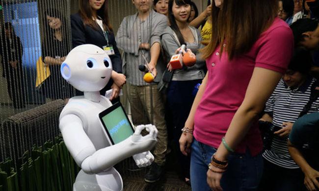 Itt a jövő: ilyen emberi arcú robotok szórakoztatnak a bankban