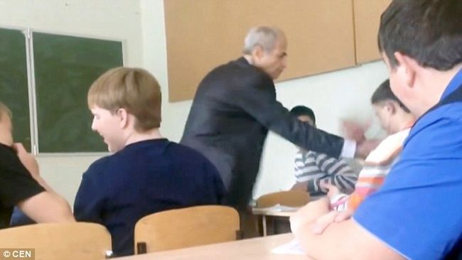 Ököllel esett az idős tanárnak, mert az rászólt az órán - videó