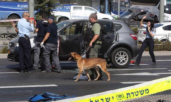 Villamosra váró emberekre lőtt a fegyveres, ketten meghaltak