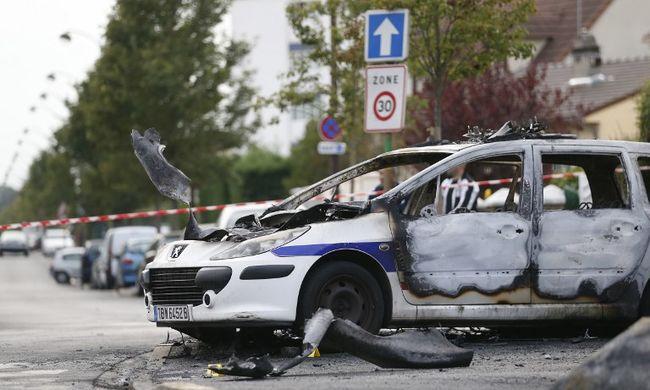 Életéért küzd a rendőr, akit felgyújtottak az autójában