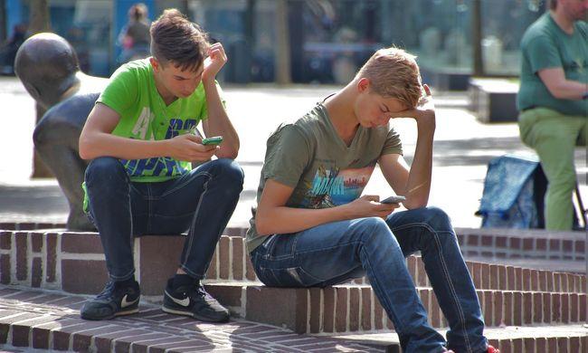 Kivette fia kezéből a telefont, hogy tanuljon, a gyerek beperelte