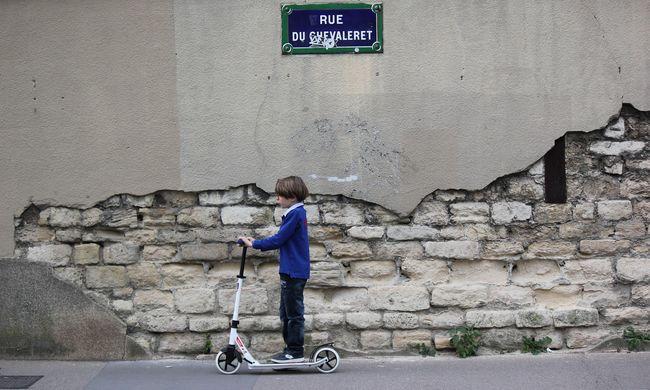 Egyedül, az utca közepén rollerezett újév napján a hároméves