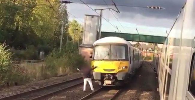 Túl magasnak találta a jegyárat, vonat elé sétált