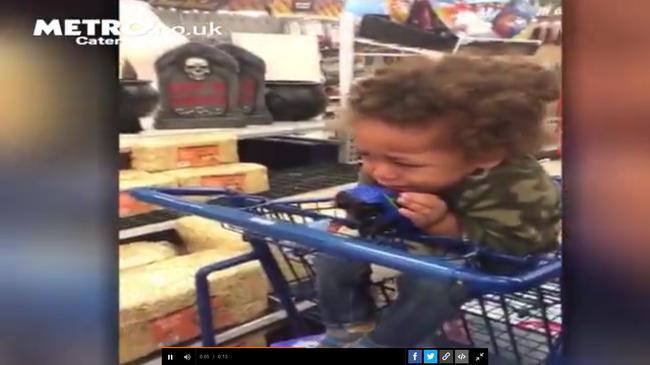 Rettegő gyereket filmeztek le a boltban - videó