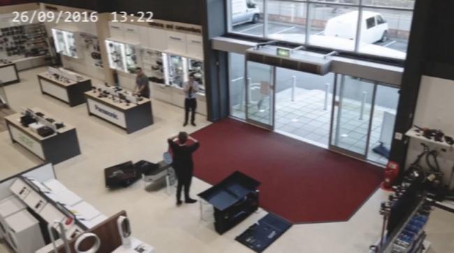 Televíziódominót indított a férfi, majd' két milliós kárt okozott - videó