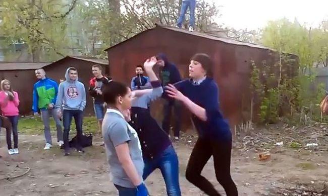 Szórakozásból félig agyonverték egymást a lányok - videó