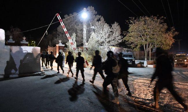 Gyorshír: alvó rendőrújoncokra támadtak, sok a halott