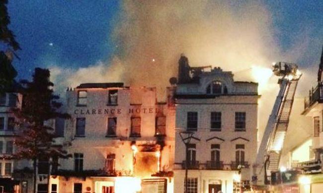 Összeomlás fenyeget - kigyulladt a több száz éves hotel