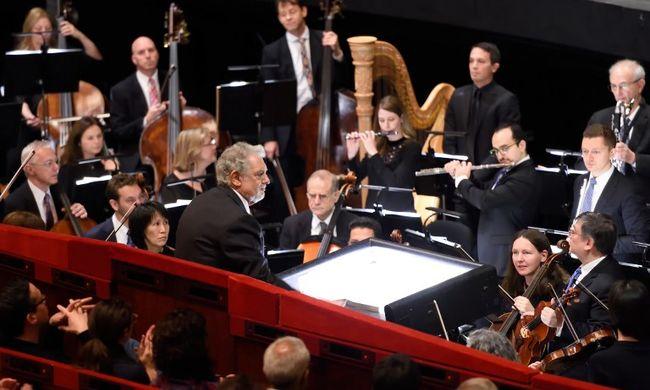 Emberi hamvakat szórtak az opera zenészei közé