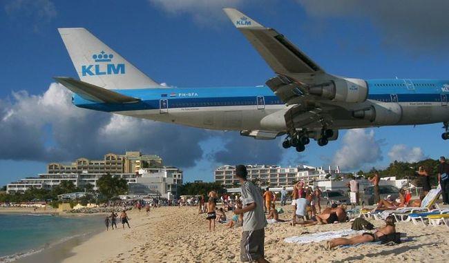 Lélegzetelállító: éppen a strandolók feje felett húzott el a gép