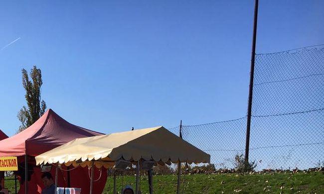 Forralt bor és vattacukorárusok tűntek fel a temető mellett