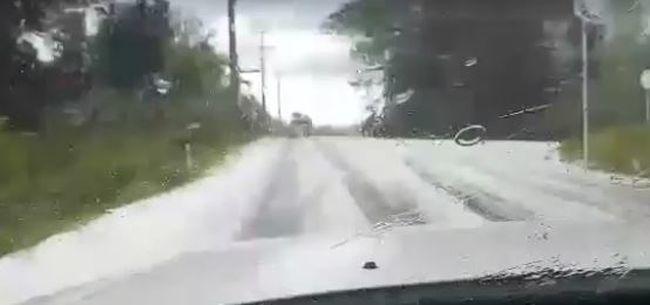 Fehér lepel hullott a városra, de nem hó - videó
