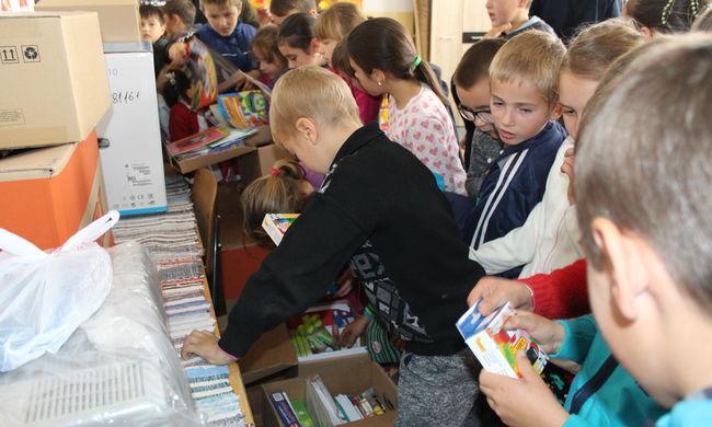 Csángóföldi magyar gyerekeknek vitt adományt  a Szerencsejáték Zrt.
