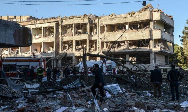 Bomba robbant a rendőrség mellett, sok a halott